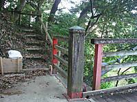 吊り橋を渡りきると右手に谷を登る階段