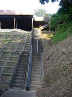 西ノ谷堰池の畔から見上げた駐車場へ続く階段