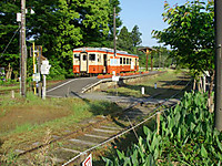 一両編成の大原行き始発列車がホームに停まっている