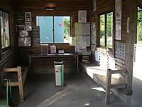 駅舎の大原寄り左半分は喫煙可の開けた待合室