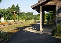 手前に駅舎のある小湊鐵道のホーム、線路を挟んでいすみ鉄道のホーム