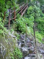 降りてから振り返った鉄階段。最後の2メートルは階段が無くなっている。