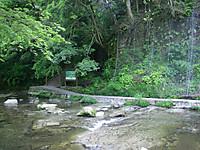 川を渡ってから振り返ると下流に大きな看板のある階段が