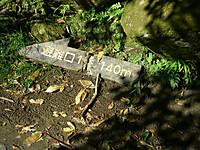道端に落ちていた「避難口1番へ140メートル」の看板