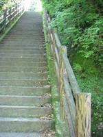 避難口1番の石段。幅は2メートル弱でセメント製の手すり。
