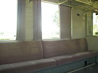 八高線の車内。ロングシートとカーテン