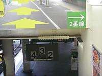 番線を示すホームの標識は4,3,2と並んでいる