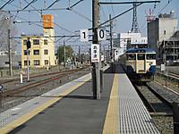 左側が1番線、右側が0番線で潮来・鹿島神宮方面の列車が停まっている。手前には車止めがあり、千葉方面には行けない。