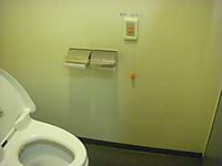 便座左の壁にペーパーホルダーが2つ。その右上に非常呼び出しボタン。20センチメートルほどの紐が下がっていて床に倒れてしまっても人を呼べる。