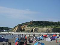 海水浴場の砂浜の向こうに見える屏風ケ浦の断崖