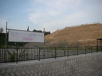 謎の空き地前には「(仮称)イベント広場予定地(地元エリア)」という色褪せた看板