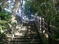 手すりのついた、20段以上ある石階段