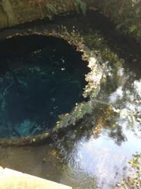 水の中に直径5メートル程の深い穴があり、そこから水が湧き出ている