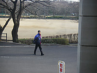 車道の真ん中を昂然と歩く毛糸の帽子をかぶった男性