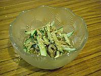 ガラス鉢に盛られたゴマと細切りしたハモの皮とキュウリを和えた物