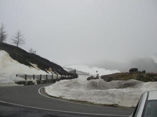 展望用駐車場から見た国道292号の両側に雪は積もっているが斜面の地肌も見えている