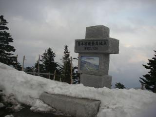 展望用駐車場に立つ「日本国道最高地点 標高2,172m」のプレートのはまった石碑