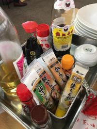 液体調味料は瓶に、胡椒やからしはチューブで。