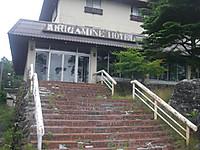 赤レンガの15階段の先にガラスドア4枚の玄関。上には「KIRIGAMINE HOTEL」と。