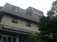 3階屋根の上にカモシカの絵と「霧ヶ峯ホテル」の文字
