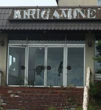 玄関のドア4枚のうち2枚のガラスに大きな穴が開いている。