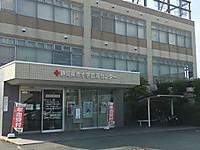 3階建てのビル、ガラス張りの玄関の上に「静岡県赤十字血液センター浜松事業所」の金文字。