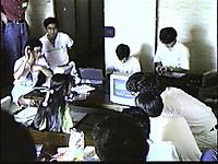 畳敷きの客室で座卓の上に置かれたパソコン画面を覗き込む分科会参加者