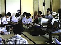 畳敷きの客室で半円形に座り手元の資料を見る分科会参加者