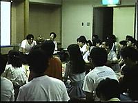 大広間を埋めるように座り前を見ている参加者
