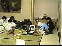大広間の一角に陣取り、酒とパソコンを並べるバイオフォーラム会員6人