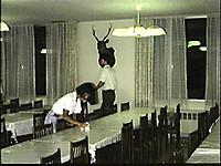 テーブルの上を拭くスタッフ
