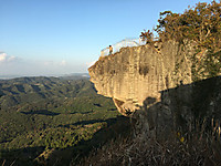 断崖に突き出た岩。上に鉄柵があり先端近くまで行くことができる。