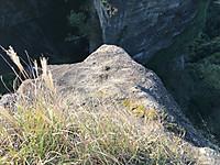 柵の外へ手を伸ばして直下の撮影を試みるが岩の先端が写っている。
