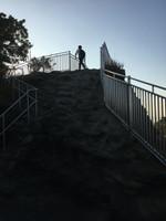 最後は階段のない岩肌を登る。