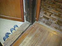 女子用は未改装なので床面が廊下より10cmほど低い