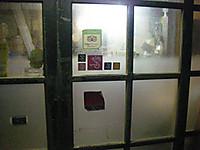 入口のガラス部分には車いすにのった笑顔の女性のイラストを描いたステッカー