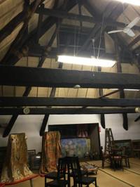 二階は畳敷きの一室で天井がなく屋根裏が見える