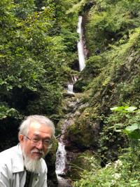 滝を背景にした筆者