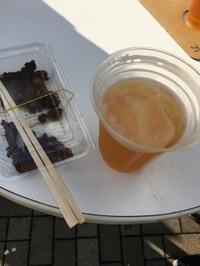 桃シャーベットの浮いたビールとスチロールパックに詰めた馬肉