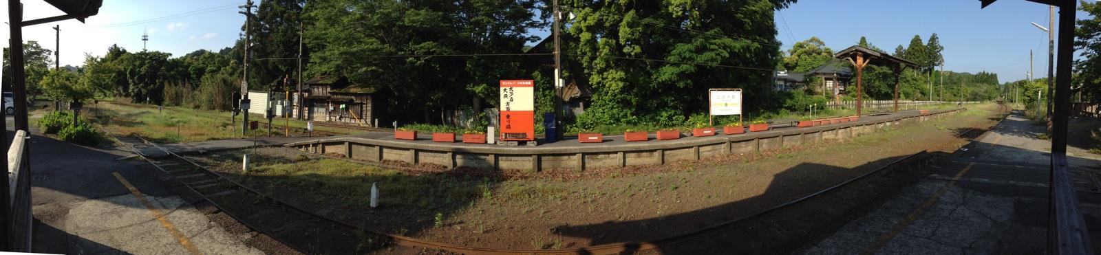 左からいすみ鉄道、右から小湊鐵道の線路が来る上総中野駅のホーム