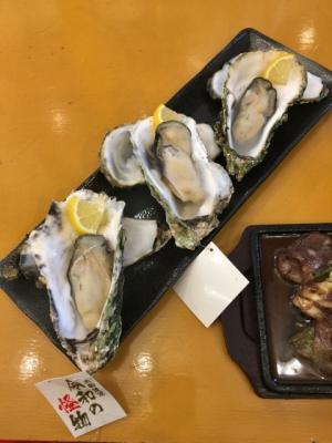 皿の上に3つ並んだ大きな殻付き蒸し牡蠣