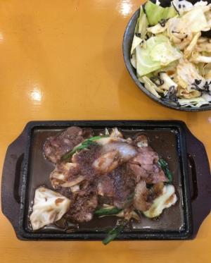 鉄皿の上で焼かれた肉と野菜