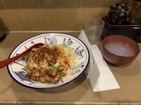 ラーメン丼に盛られた汁のないヨウポー麺