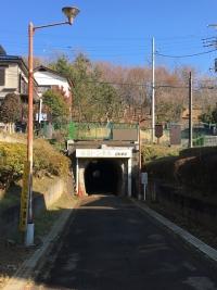 住宅の下にあるトンネル