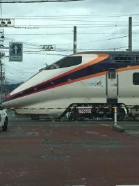踏切を通過する新幹線車両