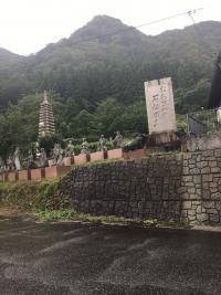 仏塔の下に並ぶ人物石像