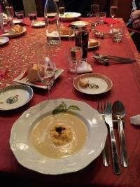 テーブルに並ぶ料理の皿とワイングラス