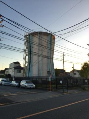 コンクリート製の円形貯水塔