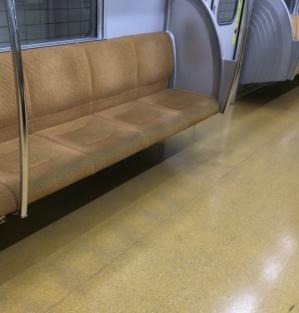 誰も写っていない地下鉄車内