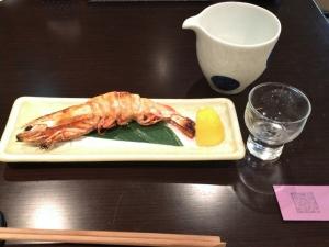 一匹の焼いた海老が載った皿